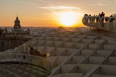 Sol på brand under guld- timme i Seville royaltyfri foto
