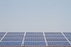 Sol- panel mot blåttskyen Royaltyfri Fotografi