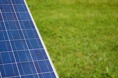 Sol- panel med copyspace på grönt gräs Arkivbild