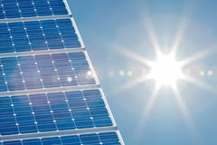 Sol- panel med en ljus sun på rätsidan Royaltyfri Foto