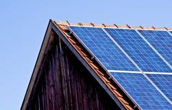 Sol- panel på gammal ladugård Fotografering för Bildbyråer