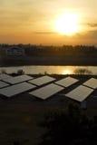 Sol- panel-Stort photovoltaic system på gryning. Arkivfoton