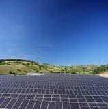 Sol- paneler för photovoltaic cell på fält under blå himmel på Macedo Arkivfoton