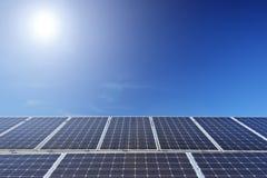 Sol- paneler för photovoltaic cell under solen Arkivfoto