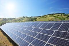Sol- paneler för photovoltaic cell under solig himmel Arkivfoton