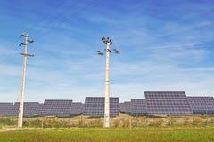 Sol- paneler och kick-spänning fodrar. fotografering för bildbyråer