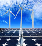 Sol- paneler och Windturbiner Royaltyfri Foto