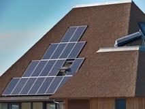 Sol- paneler på ett thatched tak Royaltyfri Foto