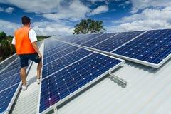 Sol- paneler på fabrik taklägger Arkivfoto