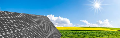 Sol- paneler på stålram Arkivfoton