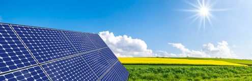 Sol- paneler på stålram Arkivfoto