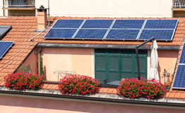 Sol- paneler på taket Royaltyfri Bild
