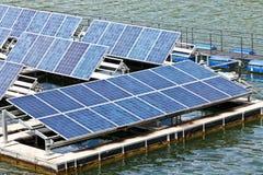 Sol- paneler på vattnet. royaltyfri bild