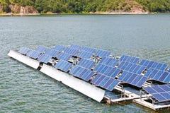 Sol- paneler på vattnet. arkivbilder