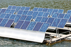 Sol- paneler på vattnet. royaltyfria foton