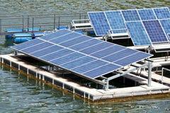 Sol- paneler på vattnet. arkivfoton