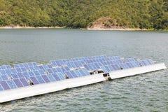 Sol- paneler på vattnet. arkivfoto