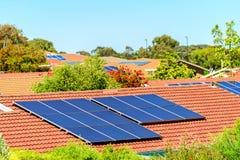 Sol- paneler som installeras på taklägga arkivbild