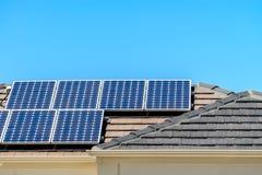 Sol- paneler som installeras på taklägga arkivfoto