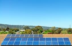 Sol- paneler som installeras på taklägga royaltyfri fotografi