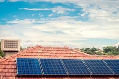 Sol- paneler som installeras på taklägga fotografering för bildbyråer