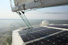 Sol- paneler som laddar batterier seglar ombord, fartyget Royaltyfri Fotografi