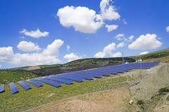 Sol- parkera med blåa celler på ett grönt fält, Sivas, Turkiet arkivbilder