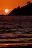 sol perto de uma montanha no oceano Imagens de Stock