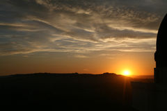 Sol poniente al lado de una plataforma de observación Fotografía de archivo libre de regalías