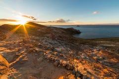 Sol poniente en el lago Titicaca, isla del Sun, Bolivia Foto de archivo