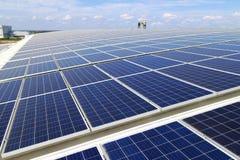 Sol- PV-tak med att gå för arbetare Arkivfoton