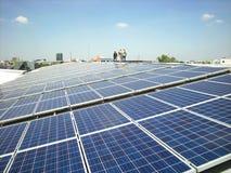 Sol- PV-tak med att gå för arbetare Arkivfoto