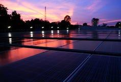 Sol- PV-tak på Dawn Red Cloud Sky arkivfoto