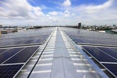 Sol- PV-taksystem med flyttningmolnet Royaltyfri Bild
