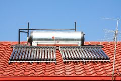 Sol- rör för vattenuppvärmning på ett tak fotografering för bildbyråer