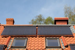 Sol- rör på taket arkivbild