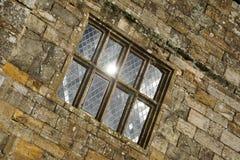 Sol reflekterad i blyat fönster för stridabbotskloster Royaltyfri Bild