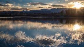 Sol reflekterad på sjöyttersida arkivbild