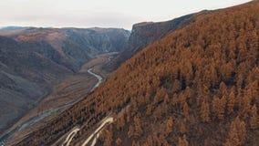 Sol rocheux et une rivière coulant le long de la vallée Beau normal clips vidéos