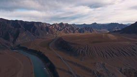 Sol rocheux et une rivière coulant le long de la vallée Beau normal banque de vidéos