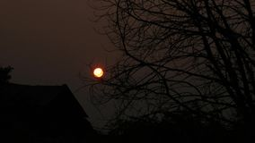sol rojo de la puesta del sol en una neblina almacen de video