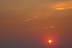 Sol rojo en la puesta del sol Foto de archivo