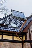 Sol- samlare på taket av ett hus royaltyfria bilder