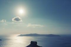 Sol sobre caldera en la isla de Santorini Fotografía de archivo