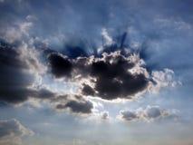 Sol som bakifrån skiner moln Royaltyfri Fotografi