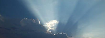 Sol som bakifrån utstrålar moln fotografering för bildbyråer