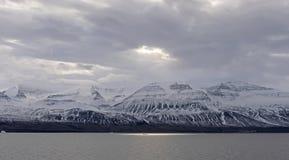 Sol som bryter till och med havmolnen arkivbilder