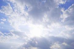 Sol som bryter till och med moln arkivfoto
