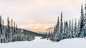 Sol som bryter till och med molnen på en Ski Hill arkivbild