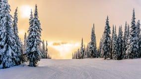 Sol som bryter till och med molnen på en Ski Hill royaltyfri foto